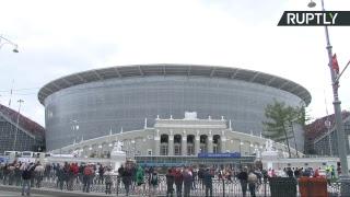 Болельщики прибывают к стадиону «Екатеринбург Арена» на матч Египет — Уругвай