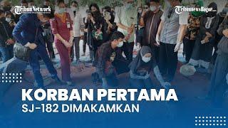 Tangisan Istri Iringi Pemakaman Okky Bisma, Keluarga: Air Matanya Jangan Netes ke Makam