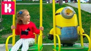 Миньоны на прогулке / Катя гуляет с миньоном на детской площадке и в кафе