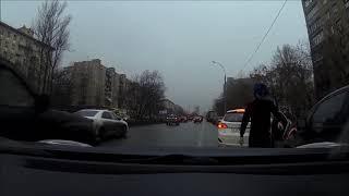 Водитель очень смешно комментирует происходящее)) Просто ржач, прикол