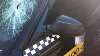 Вандалы разбили обклеенный автомобиль такси Максим