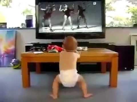תינוק לומד את הצעדים הראשונים עם ביונסה