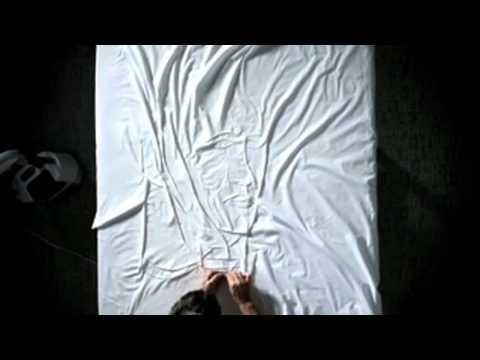 אמן יוצר תמונות מפורסמות עם מגהץ וסדין