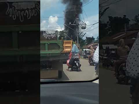 Kebakaran ditepi jalan jadi tontonan warga Jeruju