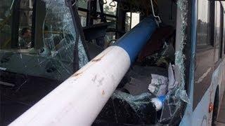 20140430 真相 飞来路灯杆 司机负伤沉着救人