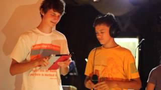 Забавный конкурс - караоке в наушниках