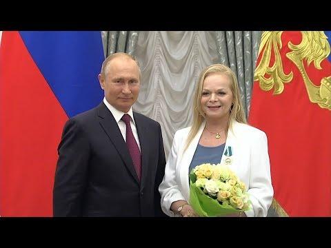 "Лариса Долина получила госнаграду из рук Путина под песню ""Погода в доме"""