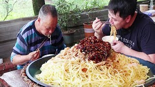 """Freshly eaten cold noodles, put in the """"secret chili sauce"""", the saliva has been flooded!"""