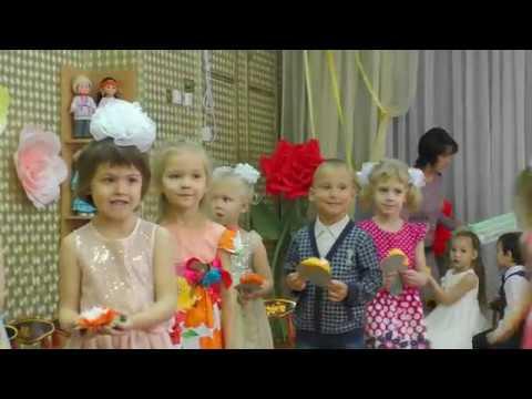 День матери. Утренник в старшей группе детского сада Казани.  Дети поют песни о маме.