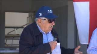 preview picture of video 'Mujica elogió a los tamberos en la Escuela Agraria de Florida'