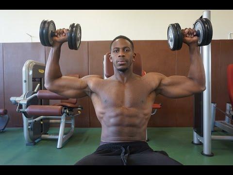 Les inclinaisons des haltères au côté du muscle
