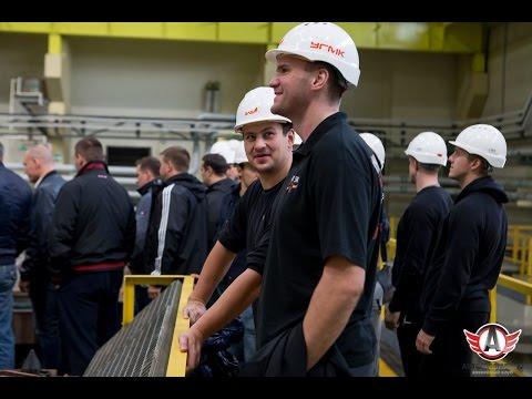 """Игроки """"Автомобилиста"""" увидели, как на заводе УГМК делают золотые слитки"""