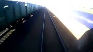 Смотреть онлайн Поезд сбил идущих по путям людей