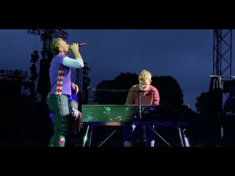Chris Martin and a fan perform Everglow in Munich
