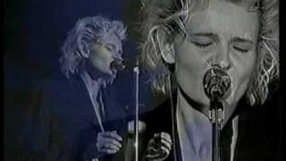Eva Dahlgren - En blekt blondins resor - 08 Intervju (Våld), Dunkla skyar