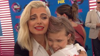 Watch Bebe Rexha and Grace VanderWaal Completely Fan Girl Over Each Other at Teen Choice Awards