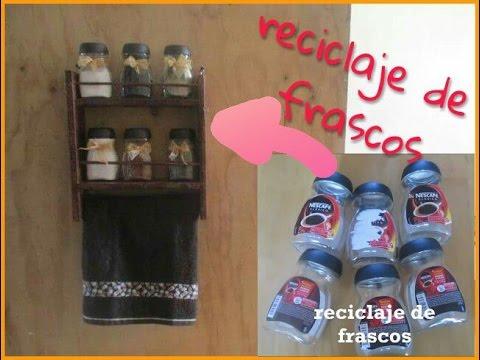 especiero reciclando un huacal y frascos de vidrio *Colaboracion* Eduardo de Rosh
