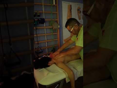 Il dolore dietro lorecchio sul collo di svolta