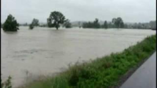 preview picture of video 'Biecz, Przedmieście, most - powódź 04.06.10 r.'