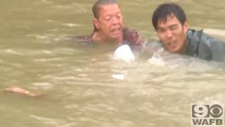 Смотреть онлайн Спасают людей из затонувшей машины