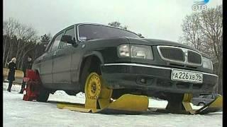 Смотреть онлайн Гонка Волги против снегохода  по заснеженному полю