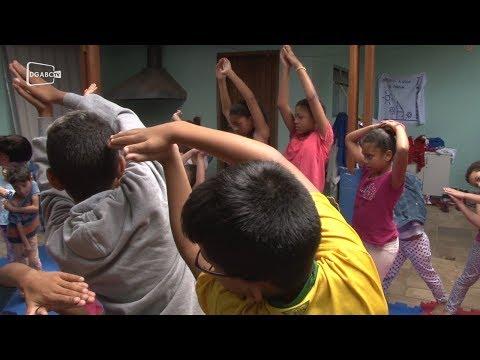 Aulas de ioga contribuem na formação social de crianças