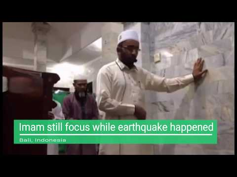 Imam Still Focus When Earthquake Happened In Indonesia