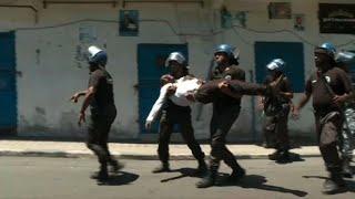Comores : des gendarmes évacuent un blessé lors d