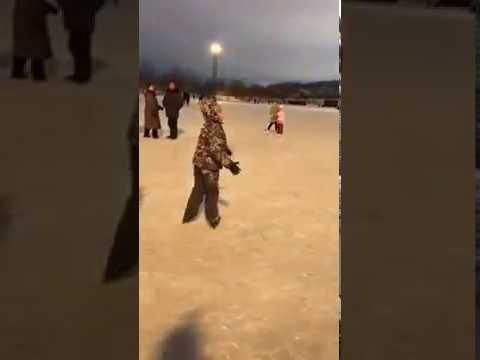 لحطة سقوط نيزك في ساحة روسية