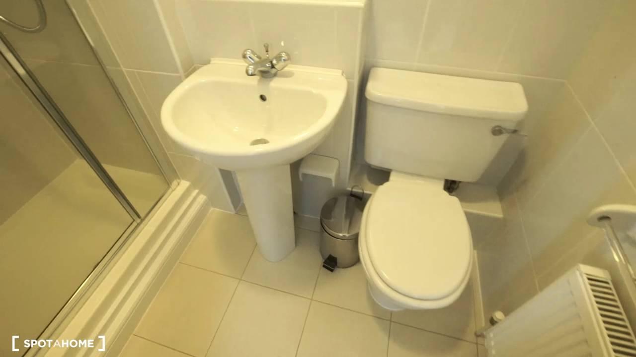 Rooms to rent in comfortable 3-bedroom flat in Aldgate in Tower Hamlets