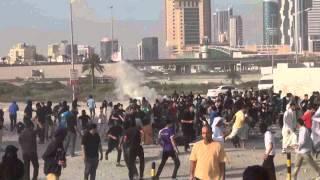 preview picture of video 'المدرعات بصحبة مركبات المرتزقة تهاجم المتظاهرين - الديه 27/2/2014 Bahrain'