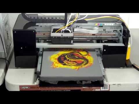 Impresora de playeras y camisetas. Impresión de playera de colores.