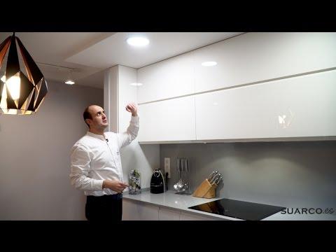 Video de cocinas pequeñas modernas con mesa comedor sin tiradores y encimera de silestone