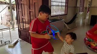 UFO Kid Toy Video - Tin và anh Hai chơi đĩa bay | فيديو للطفل