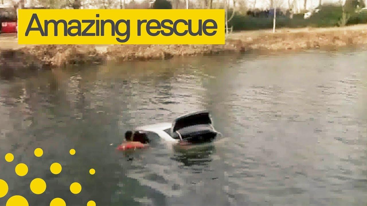 Спасение женщины из упавшей в озеро машины