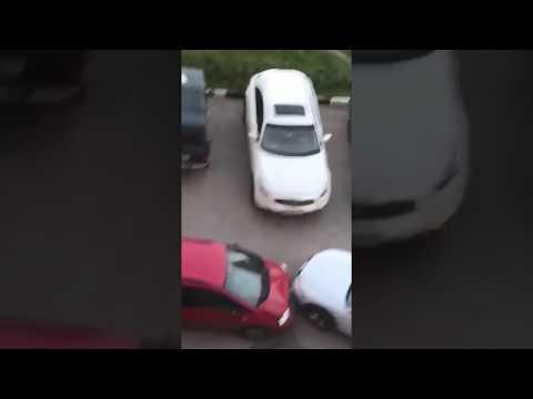 Жена выгнала из дома и мужчина начал таранить автомобили во дворе