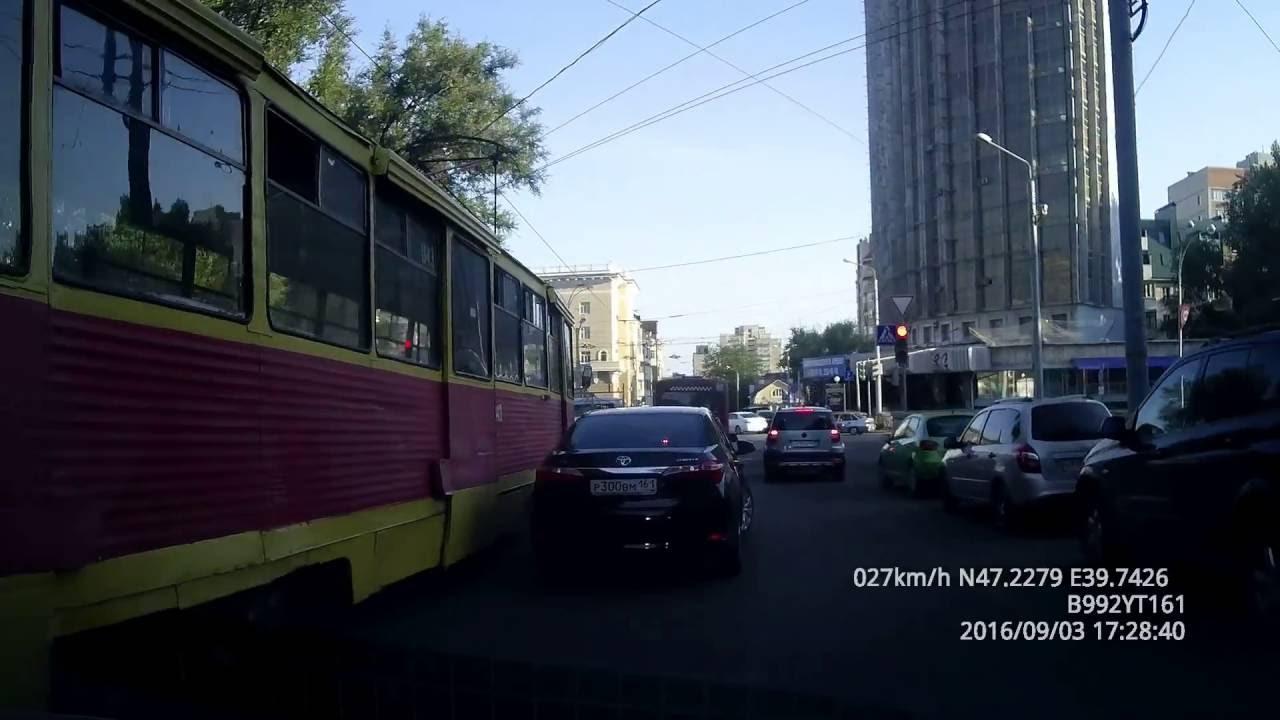 В Ростове-на-Дону трамвай протаранил три автомобиля
