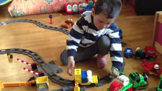 20120408 Louis is playing with electric trains at Jens