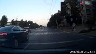 На красный сигнал светофора успевает проехать ровно 36 русских водителей