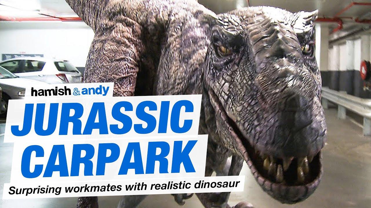 Candid camera con dinosauro T-rex realistico