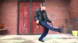 Гопник танцует