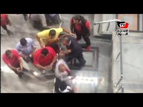 «الخطيب» يستجيب لطفل طلب تقبيله أثناء دخوله مقصورة «برج العرب»
