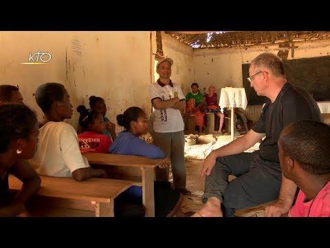 Prêtre missionnaire en brousse à Madagascar