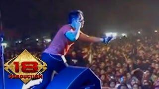 D'Bagindas - Apa Yang Terjadi   (Live Konser Karawang 28 September 2013)