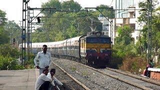preview picture of video 'Pune-Mumbai Pragati Superfast perishes Pimpri at 105Kmph!!'