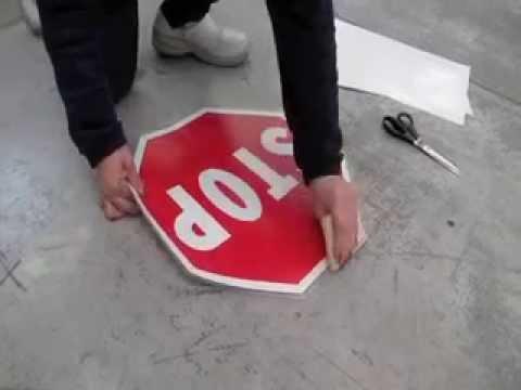 Come applicare un segnale da pavimento autoadesivo.