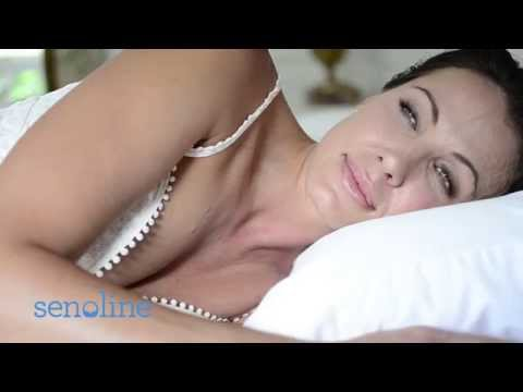 La bella desnuda con un pequeño pecho