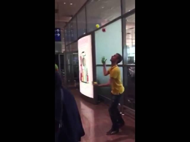أوربي بمطار جدة يؤدي ألعاباً بهلوانية بعد تأخر رحلته بسبب الأجواء