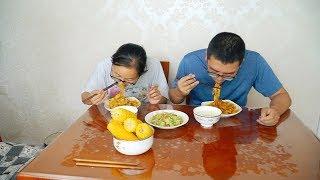 【小胖在西北】家里还剩两根黄瓜,媳妇拿它做2米长面条,清爽美味,一人吃2大碗