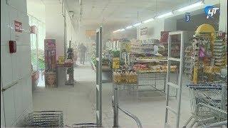 Магазин «СемьЯ» на Большой Московской сначала залило ржавой водой, а затем засыпало едким порошком